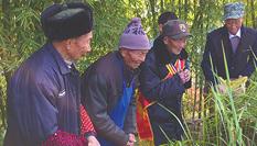 """98岁老兵回乡跪祭双亲:""""妈,儿子回来了"""""""