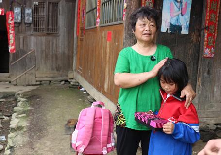 69岁的她建起6所希望小学