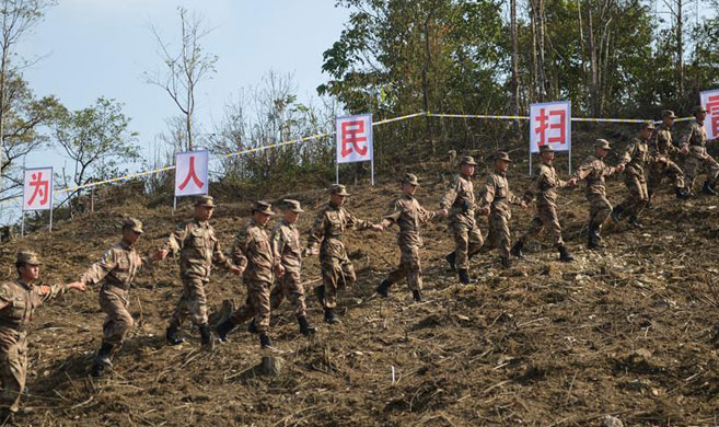 中越边境扫雷部队徒步验收雷场