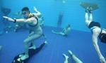 """俄潜水员6米深水池中玩假人挑战仿若""""凝固"""""""