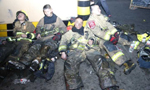消防员深夜救火 凌晨三点睡在大街上
