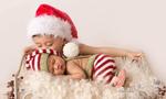 父母为新生婴儿拍圣诞写真 萌化人心