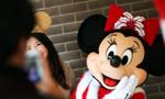 上海迪士尼乐园圣诞气氛浓郁吸引游客