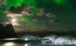 男子极光下冲浪欣赏绝美风景