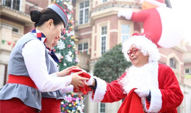 四川一高校教师扮圣诞老人 为学生送礼物