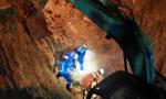 江西水井塌方 救援队徒手扒出被困者