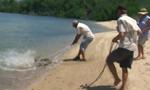 澳渔夫捕获鲨鱼没想到竟引来鳄鱼偷食