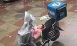3岁女孩雨天电动车上酣睡