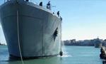 希腊政府临时启用军舰安置约500名难民