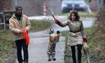西伯利亚虎崽被人类家庭抚养 画面有爱