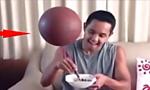 小哥筷子顶篮球 边吃边转球