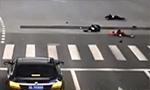 监拍3名初中生手拉手闯红灯过马路 瞬间被撞飞