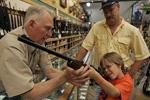 """美国人持枪的""""惑""""与""""祸"""":买枪比买个汉堡都容易"""