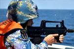 海军组织反海盗武器装备实弹射击演练
