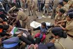 印度斗牛摔跤节突发意外 导致2人死28人伤