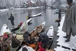 寒冬里的船上商店