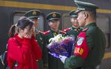 """浙江""""站台婚礼""""续:他在部队执勤 她在家乡守候"""