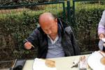 43岁半臂男子卖字为生 每天街头写7小时蝇头小楷