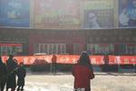 """吉林大妈拉横幅围堵乐天超市 要求其""""滚出中国"""""""