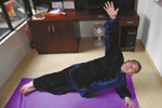 63岁大爷练瑜伽获奖:谁说瑜伽是女性专利?