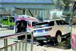 北京一越野车冲上公交站台 撞倒3人1死2伤(图)