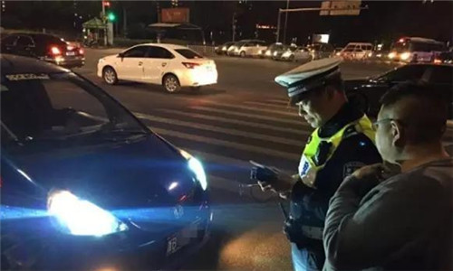 宁波交警半个月查处滥开远光灯1500余起