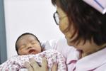 广州妈妈冰冻胚胎18年生下二胎宝宝