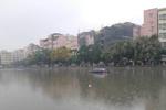 广州现奇葩停车方式 小车停在鱼塘中央