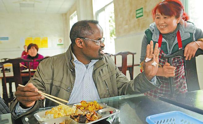 黑人中医扎根中国33年 掌握多地方言