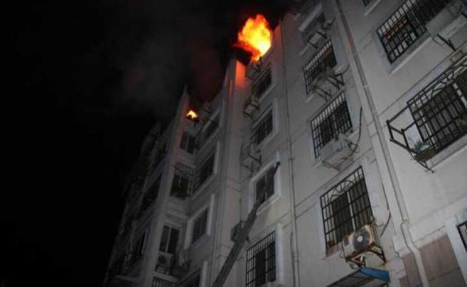 母女为避大火跳楼瞬间 被消防员在高空一把抓住