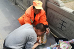 保洁员撑食品袋帮残疾男子吃饭