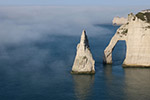 """法国""""象鼻山""""浓雾缭绕如仙境"""