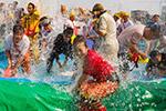 云南上万各族群众盛装欢度泼水节