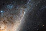 """太空中的""""银月弯钩"""":星暴星系色彩明亮炽热"""
