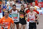 伦敦马拉松参赛者体力不支 其他选手搀扶过终点