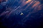 迎着夕阳,飞向太空:宇航员拍摄货运飞船