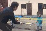 日本6岁猴子打网球虐主人
