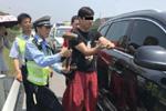 老人小孩被锁车内暴晒 交警砸车救人