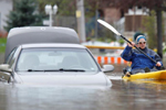 加拿大魁北克一小镇遭遇洪水 民众出行靠划船