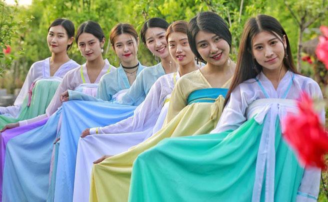"""女大学生着古装扮""""仙女""""拍唯美毕业照"""