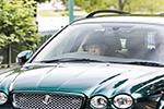 91岁英国女王再度自驾上路