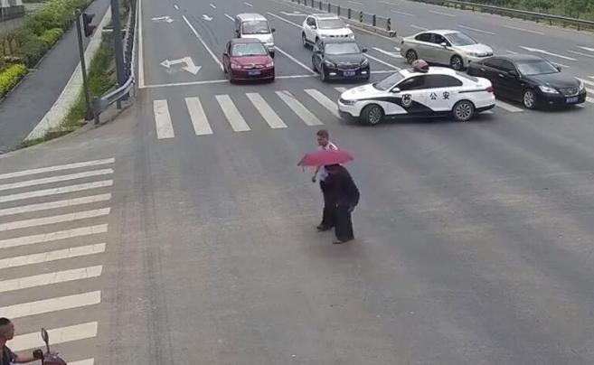 最暖心警车!成都民警路口拦车扶老人过街被点赞