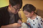 黄磊做针线活儿手法熟练 女儿多妹一脸崇拜