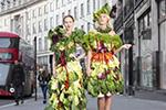 能吃的时尚 模特穿沙拉制成的服装英国街头拍照