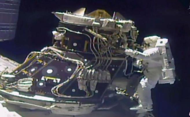宇航员太空行走修复电脑