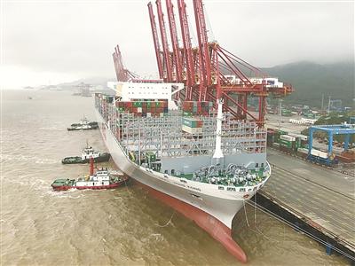 全球最大集装箱船靠泊宁波