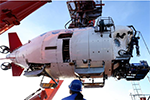 """一年后 """"蛟龙""""号在6300米深海找回遗落采水器"""