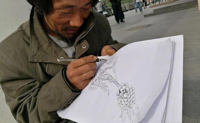 西安流浪汉街头自学手绘 拒绝卖画