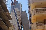 """埃及一12层建筑发生倾斜 两楼高空上演""""头碰头"""""""