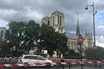 法国巴黎圣母院前广场一男子袭警